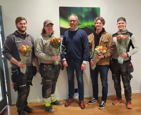 FAST JOBB: Jon Langtangen, Markus Berthelsen, Knut Fjeldstad og Aleksander Nyland har all grunn til å smile. Etter å ha bestått fagprøven har alle fått jobb hos Åge Grønneberg (i midten) og Vestby Elektro-Service AS.