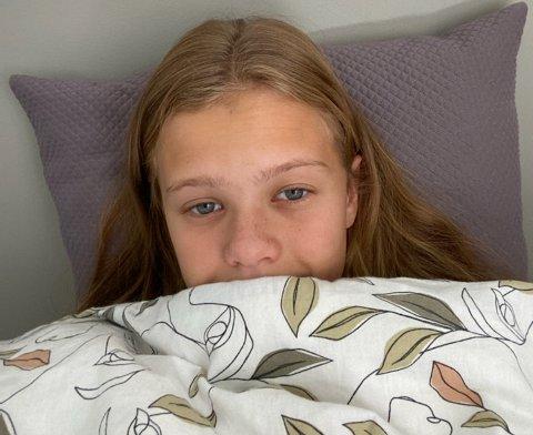 BLE SENGELIGGENDE: Synne Ertzaas sier hun har prøvd å unngå steder med mye smitte, men nå er 16 av 30 elever i klassen hennes koronasyke.