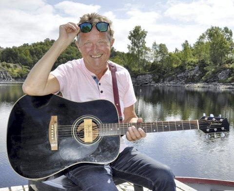 SOMMERLÅT: Her på svabergene i Tveitervåg kom både tekst og melodi til Rolf Erik Veland. Nå går «No e' det sommer! Yeah, Yeah!» sin seiersgang på sosiale medier. – Jeg vil bare gjøre folk glade, sier Veland selv.FOTO: DAG BJØRNDAL