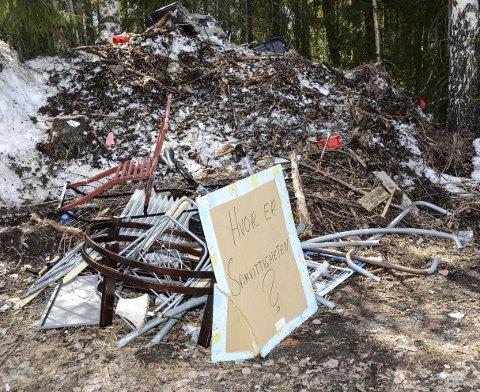 Søppelberg: Slik så det ut på rasteplassen på fv. 287, rett sør for Lauvlia torsdag. – Det er trist at enkelte bare dumper søppelet sitt på denne måten, sier Torstein Helgetveit i Sigdal kommune.
