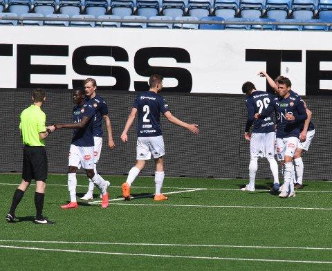 SCORING: Her har SIF nettopp tatt ledelsen 1-0 over Sandefjord i treningskampen på Marienlyst mandag. Bakerst i bildet er matchvinner Ole Enersen (skjult) blitt skadet i det han scoret.