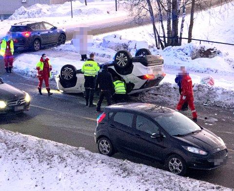 En person ble hentet ut av bilen og fraktet til Ahus etter ulykken.