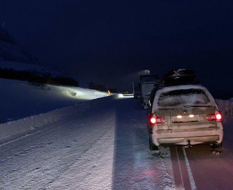 Det begynner å samles opp med biler på sørsiden av Skarvbergtunnelen. Her kan de bli stående en god stund.