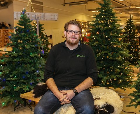 Selger mer enn før: Kenneth Skjold hos Hageland merker godt at flere og flere velger kunstig juletre fremfor naturlig.
