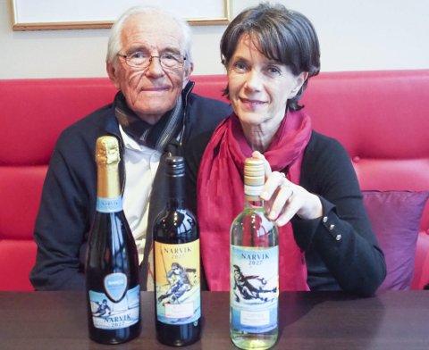 Tre sorter: VM-vinen «Narvik 2027» kommer som musserende, rød og hvit. Odd og Taina Sneen har i første omgang fått tappet mellom 8.000 og 10.000 flasker av hver sort. Foto: Terje Næsje