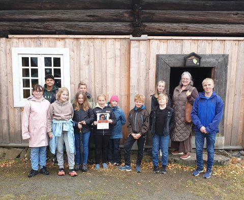 Har hatt utstilling: Elever og lærer ved Hadeland Kulturskole foran Skute-bygningen på Hadeland Folkemuseum, der de har hatt utstilling i sommer.