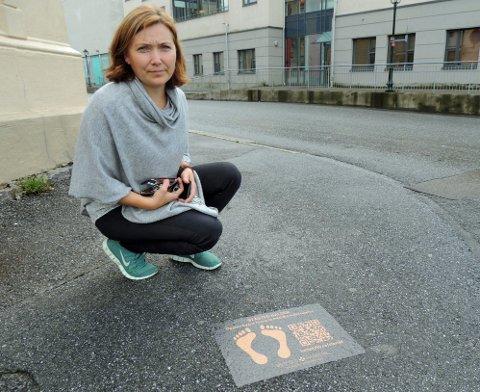 HÆRVERK?: 4 av 14 klistremerker med fotspor og QR-kode ble borte på et døgn. Lillian Nyborg i Østfoldmuseene vet ikke om det er bevisst hærverk.