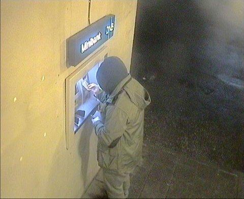 SLÅR TIL: Her forsøkere mannen å ta ut penger fra en minibank. Politiet undersøker nå om kortene i det hele tatt kom fram til mottakernes postkasser.