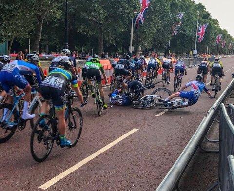 Bilde fra oppløpet i London lørdag. Emilie (midt i bildet) går ned med høyre del av hodet i asfalten.