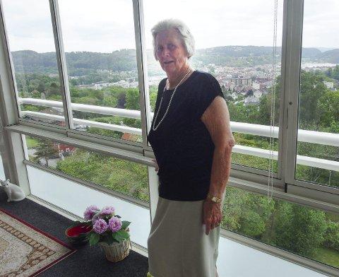 UTSIKT: Ragnhild Bustgaard bor høyt med god utsikt i en leilighet hun arvet etter sin bestevenninne. Søndag fyller hun 80 år og er fortsatt aktiv i Frelsesarmeen der hun hele sitt voksne liv har gitt mye av seg selv for å hjelpe andre. -En gjensidig glede, sier hun.