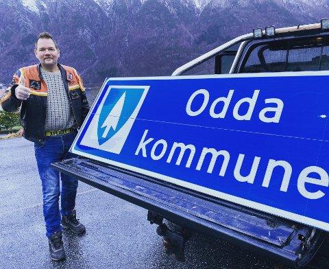 Trond Gravdal kjøpte Odda kommune-skilt, som truleg får plass heime hos han ved båthamna i Odda. Dermed strekk Odda kommune seg frå Tjødnadalen til Sørfjorden.