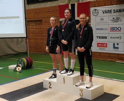 LOKALE MEDALJEVINNERE: Hanna Rullestad fra Haugesund på toppen av seierspallen. Ida Vaka (t.v.) og Lise Nordahl Eide (t.h.).