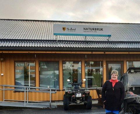 OVERGITT: Avdelingsleder Laila Hoff ved vg1 Naturbruk foran linjens lokaler i Hattfjelldal. - Vi har fått nye lokaler og mye nytt utstyr, pluss at elevene har fine bofasiliteter. Vi har aldri hatt en så god standard på linja, sier Hoff.