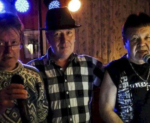 VENNER: Kjell med to av sine beste venner, Stein Ivar Eliassen og Johnny Olsen under siste spilling på Frivillighetssentralen i desember.