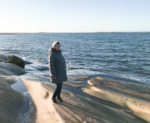 MANGE SPØRSMÅL: Brith Sletten Sand har innfunnet seg med at det er mange spørsmål rundt tragedien i Sandfjord i Syltefjord der fem skolebarn druknet på grunn av fatal feilvurdering av havets krefter.  Briths mamma mistet tre søsken. For tida er hun og samboeren i Sarpsborg. Bildet er tatt på svabergene i nærheten.