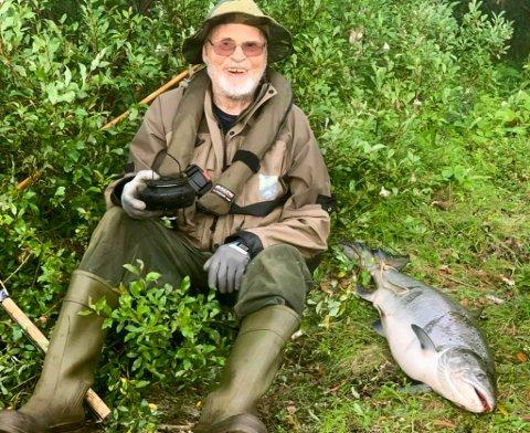 SUPERVETERAN: Sverre Opdahl fyller 98 år i år, men alderen stopper han ikke fra å dra på fisketur og hale i land en storlaks.