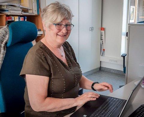 FRUSTRERT: Lærer Marit Myklevoll i Tjeldsund venter fortsatt på innkalling til å få satt første vaksinedose.  – Jeg føler meg rimelig lite verd. Vi e gode nok til å bli sendt inn i daglige situasjoner med masse barn, men ikke til å få reise på besøk til familie eller dra på konsert, sier hun.