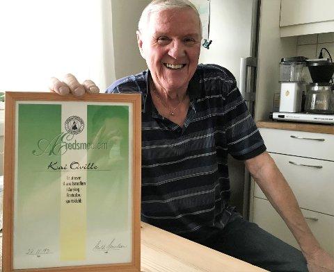 ÆRESMEDLEM: Den lokale fotballegenden Kai Quille viser fram beviset på at han er æresmedlem i klubben i sitt hjerte: Aurskog-Finstadbru SK. Søndag fyller han 80 år.