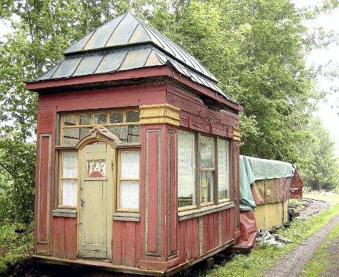 FØR: Narvesen-kiosken så slik ut før restaureringen startet. Foto: Museumsforeningen Vestfold privatbaner
