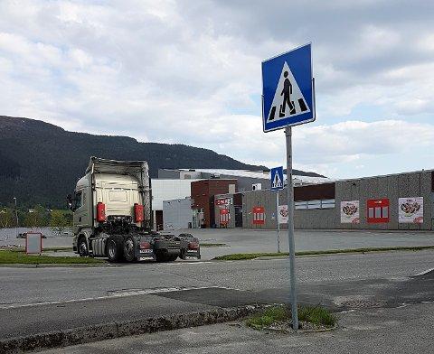 Slik stod ein lastebil parkert føre gangfeltet i Husnes sentrum nyleg. (Foto: Kvinnheringen-tipsar).
