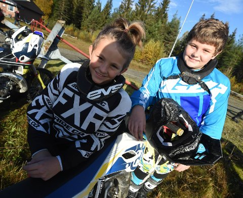 SATSER PÅ ENDURO: Brødrene Jonas (t.v.) og Jacob Edvardsen Linstad synes det er stas å kjøre enduro. ALLE FOTO: OLE JOHHN HOSTVEDT