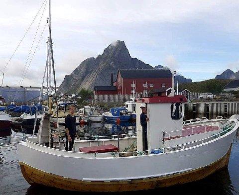 STOLTE REDERE: Carl Fredrik Møller i styrehuset og Nicolay Larsen om bord i sjarken de kjøpte på sensommeren. Nå ruster de sjarken opp slik at de er klar til skreien kommer sigende på Innersia. Foto: Privat