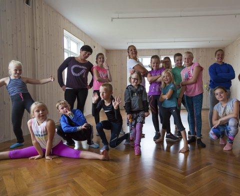 LITT AV EN GJENG: Små og store dansere storkoste seg på dansekurs i Moskenes. Alle foto: Neil Bloem