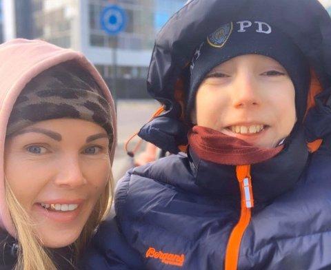 Veronika Katrin Andreassen og sønnen Lucas fikk merke koronaen selv om de var vaksinert.