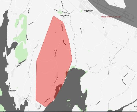 Et større område ved Larkollen har mistet strømmen etter en feil på høyspentledningen i området.