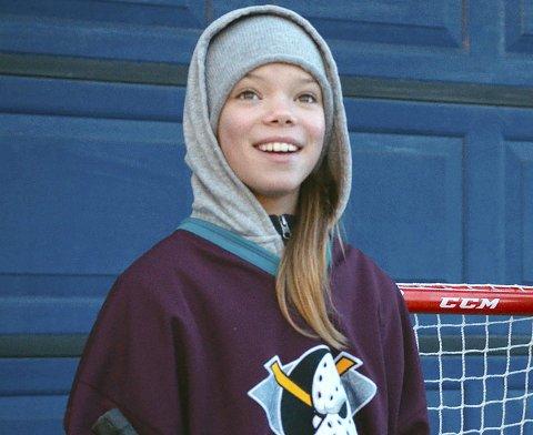NABOJENTA: Hannah Dybvand i rollen som Line,  den hockey-spillende nabojenta til eggeallergikeren Gilbert. FOTO: Maipo Film