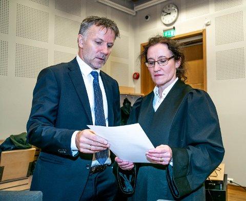 RETTSSAK: En 58 år gammel kvinne er tiltalt for hallikvirksomhet. Her er forsvarer Sven Crogh og aktor Stine Melbye Sørensen i retten tirsdag morgen.