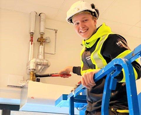 NYUTDANNET: Carl Erik Malmberg (20) er nå nyutdannet rørlegger. Om han vil ta over familiebedriften gjenstår å se.