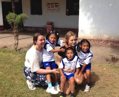 SKOLETUR APRIL 2017:Hanna Brendstuen og Karoline Sætre Aas sammen med tre av skolebarna i Peru.