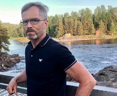 BEKYMRET: – Fisken hadde dårlig allmenntilstand, med parasitter og litt av hvert, sier Nils Olav Gjone, leder i Holmfoss Lakselag i Kvelde.