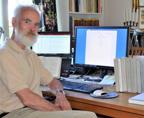 """Bok: Tom Schmidt (73) har nylig gitt ut utgave 20 av bokserien """"Bustadnavn i Østfold"""". Boken er viet til Rakkestad, og er den siste i serien."""