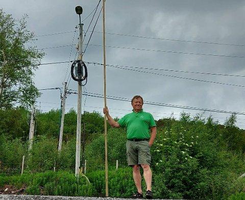 Harry Pedersen viser hvor lavt noen av kablene henger. Han mener Telenor må ta grep. Konsernet sier han har delvis rett.