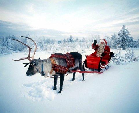 Julenissen er blitt finsk, sies det. Nisseflyene til Rovaniemi opplevelsessenter i Nord-Finland slår alle rekorder, og finnene mener at Norge har tapt kampen om hvor julenissen holder til. Men nå skal vi slå tilbake. Nissegården på Røros ventes å stå ferdig i 2007. Det skal også bli et opplevelsessenter, men på en annen måte enn den mer amerikanske Cola-nissen i Rovaniemi, som vi her ser.  REUTERS/Martti Kainulainen-Lehtikuva  /SCANPIX