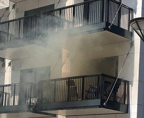 TOK FYR: Onsdag ettermiddag begynte det å brenne inne i denne leiligheten på Jessheim. Årsaken skal være at det ble avfyrt fyrverkeri inne i leiligheten.