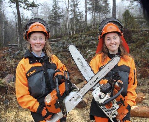 GLEDER SEG: Celina (t.v.) og Magdalene Mathiesen med sylskarpe kjeder klare for NM i skogbruksferdigheter.