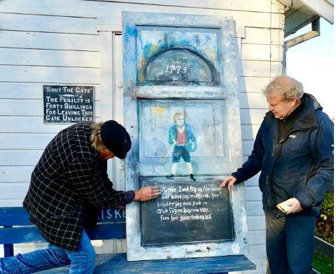 NY: Kunstnervennene Geir Børresen og Øivind Jorfald gjenskaper en dør fra 1774 på Øivinds atelier i Vollen.