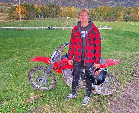 SYKKELTYVERI:  Edvard Reiersrud (17) med sin Honda crossykkel som nå er stjålet.