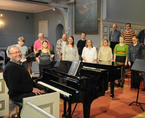 ENTUSIASTISKE: – Koret har en begeistret vilje til å dele dette med folket. Det er en sveitisisk komponist som ikke er veldig kjent, men det er selve juvelen på 1900-tallet, sier Svein Rustad om verket de har øvd på i flere måneder.