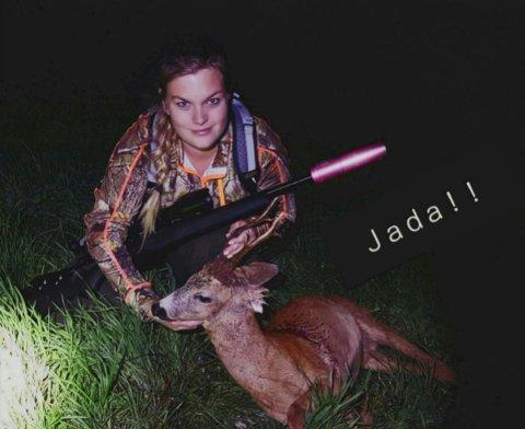 JAKT: Her er Helle Johannessen fornøyd etter vellykket jakt.
