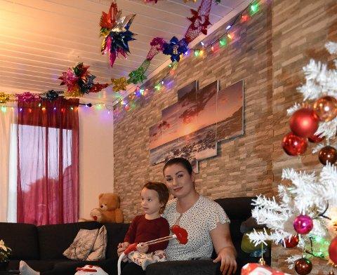 GLAD-PYNTING: – Denne måten å pynte på er ikke vanlig, men den gjør meg glad, sier Sejla Ramic med tantebarnet Melina på fanget.