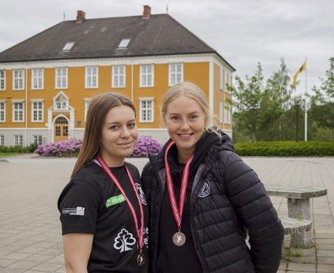 GODE MINNER: Mathea Aardal (17) og Ida Blakstad (16) fra Askim har fått mange gode minner og venner gjennom håndballen.