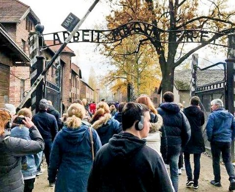 Elever og voksne fra Marker på vei inn til Auschwitz I.