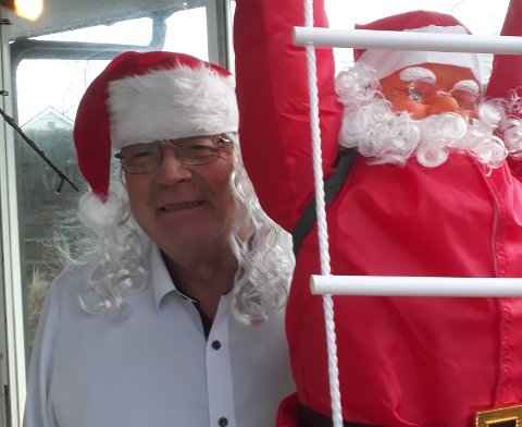 Leiv Arild Lie får julestemning av å pakke rosenkål.