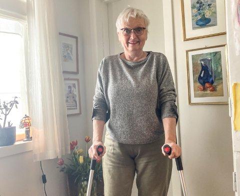 PROTESE: Berit Bolkesjø har fått operert inn hofteprotese, og nå venter noen uker på krykker og opptrening. Hun fullroser måten Notodden sykehus har fulgt henne opp - både før og etter operasjonen.