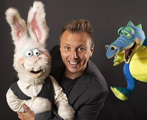 SHOWMANN: Erik Mogeno har med seg både kaninen Kalle og dragen Louie på familieshowene rundt om i hele Sør-Norge denne sommeren.