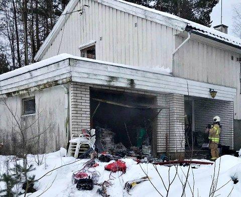 Det var naboene som oppdaget garasjebrannen - og brukte snø for å holde brannen i sjakk mens de ventet på brannvesenet.